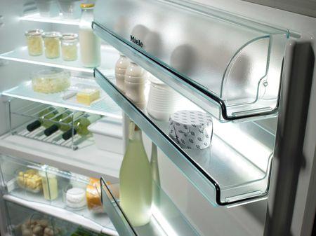 Дверца холодильника с полочками