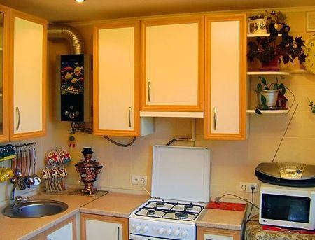 кухня с газовой колонкой и холодильником дизайн маленькой и угловой