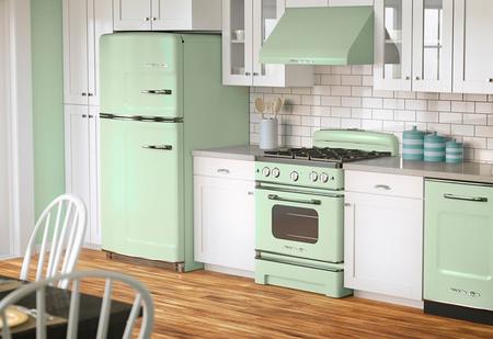 Холодильник возле газовой плиты