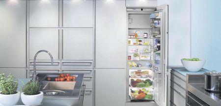 Встроенный в гарнитур узкий холодильник