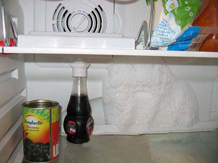 На стенке холодильника появляется снег