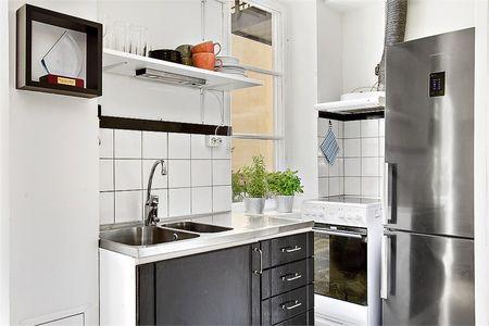 Широкий холодильник серебристого цвета на кухне