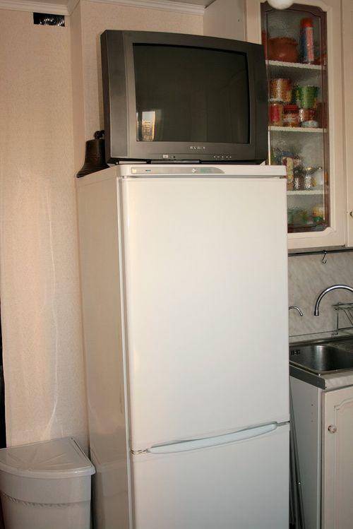 Можно ли ставить телевизор на холодильник