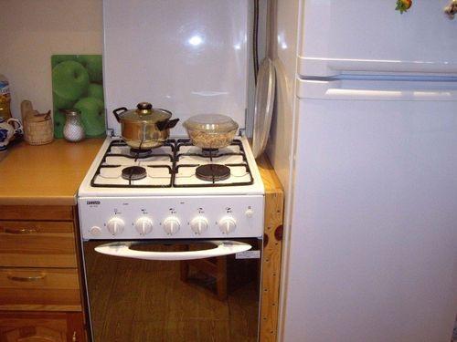 Холодильник и плита рядом