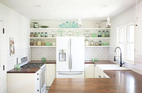 Встроенный холодильник в интерьере кухни