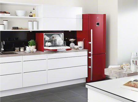 Холодильник красного цвета в белой кухне