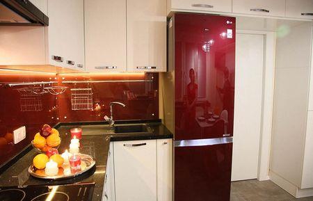 Темно красный холодильник в белой кухне