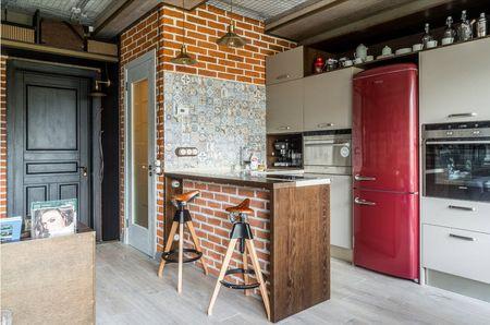 Холодильник красного цвета под интерьер кухни