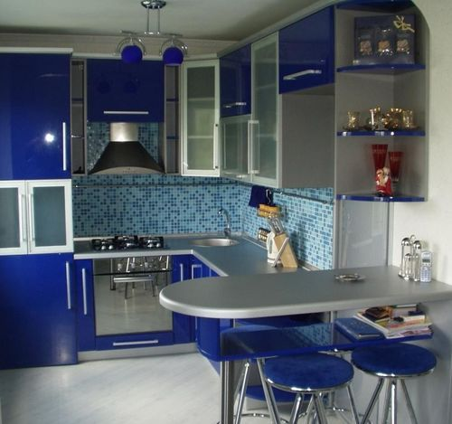 Синяя угловая малогабаритная кухня с барной стойкой
