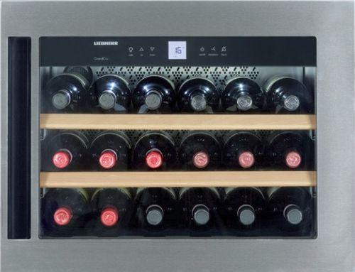 Винные бутылки в холодильнике