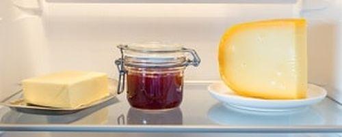 Масло на полке холодильника
