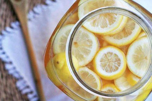 Нарезанные лимоны в банке