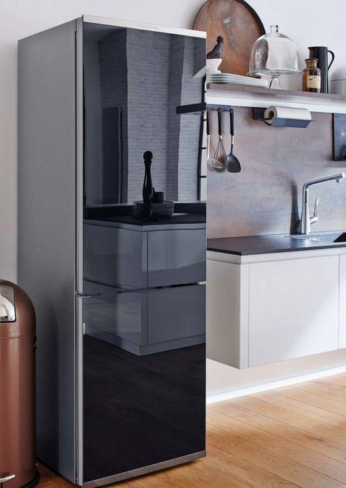 Черный холодильник в интерьере