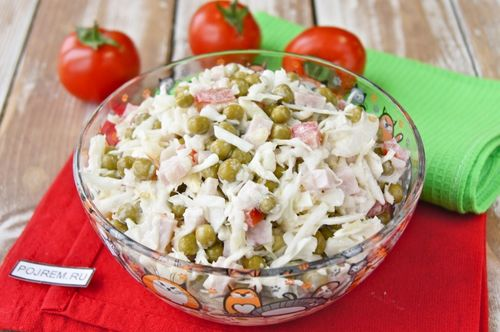 Стеклянная миска с салатом